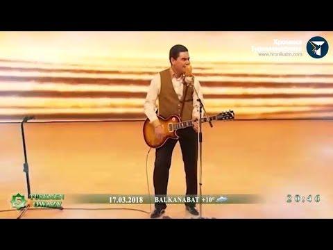 Президент Туркменистана поет песню