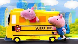 Spielspaß mit Peppa Wutz. Der erste Schultag. Spielzeugvideo für Kinder.