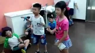 2016/07/0郁恩暑假在耀菁(室內玩wii遊戲)
