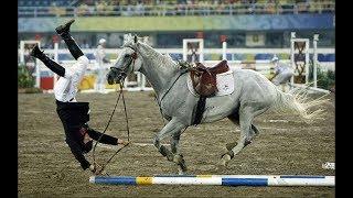 Смотреть онлайн Страшные падения на соревнованиях по конному спорту