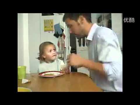 爸爸作弄女兒 偷吃她的布丁