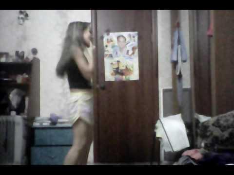 Девочка танцует тверк