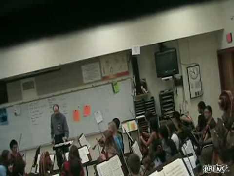 המורה למוזיקה שובר את הכלים!
