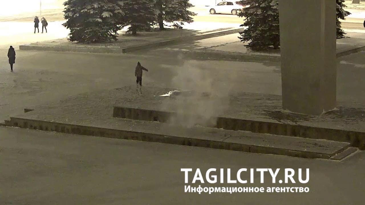 В Нижнем Тагиле ребенок закидал снегом Вечный огонь