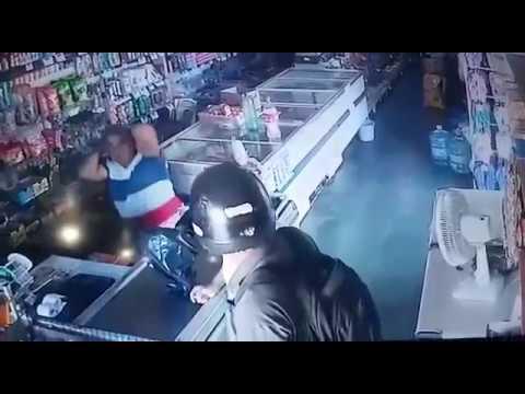 Vídeo mostra assaltante beijando a testa de uma idosa durante assalto em farmácia