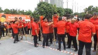Keseruan Sekjen dan Kader PDI Perjuangan Lomba Balap Egrang