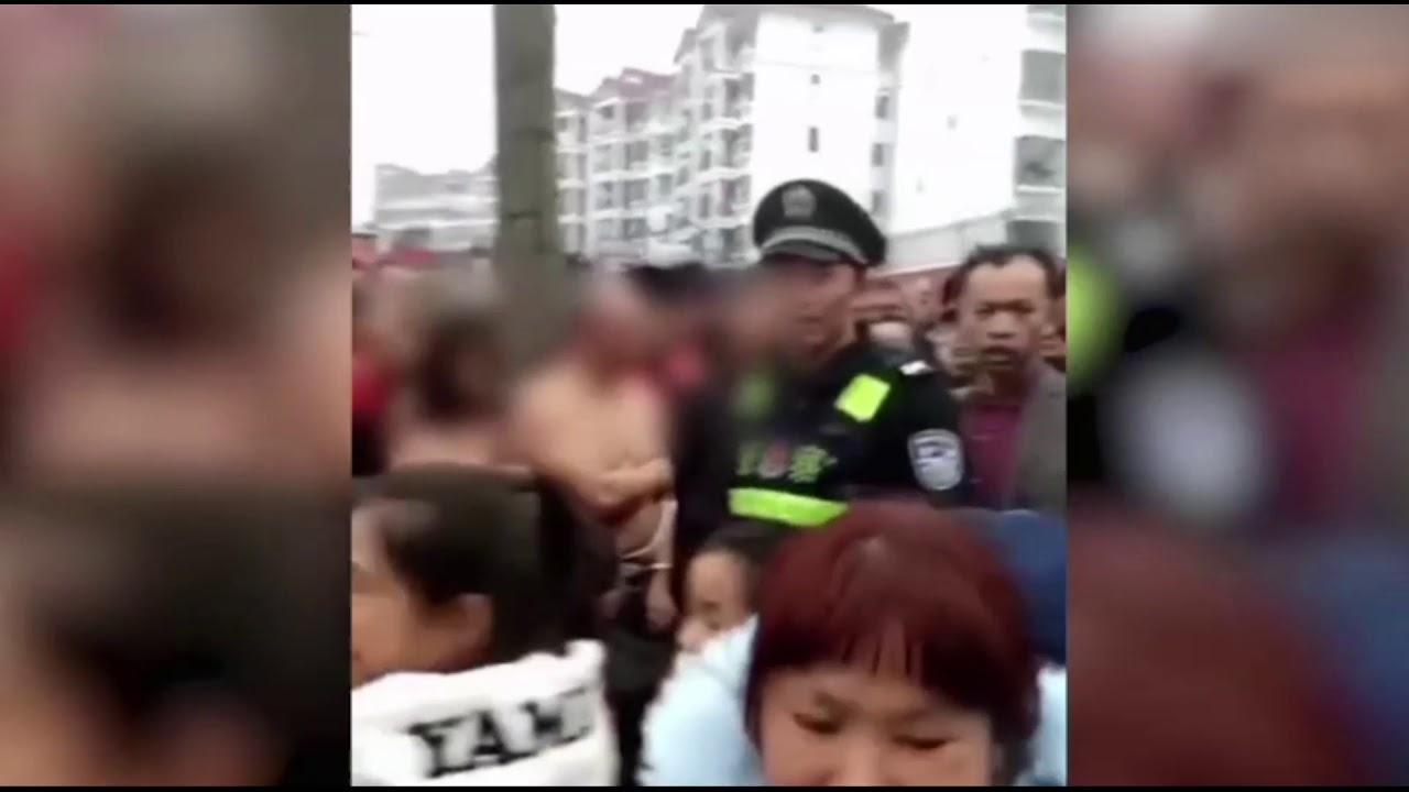 В Китае женщина наказала мужа и его любовницу: привязала их голыми к дереву