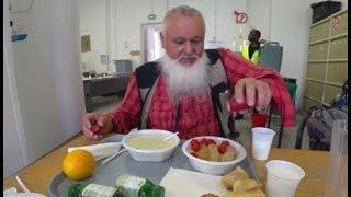 Z Edmundem na darmówce. W Paryżu nikt z głodu nie umrze.Edmund pokazuje miejsce w Paryżu, gdzie można otrzymać darmowy posiłek.       e.