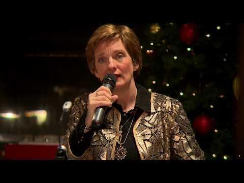 Anne-Pien zingt 'Precious Child' tijdens wereldlichtjesdag in Dronten