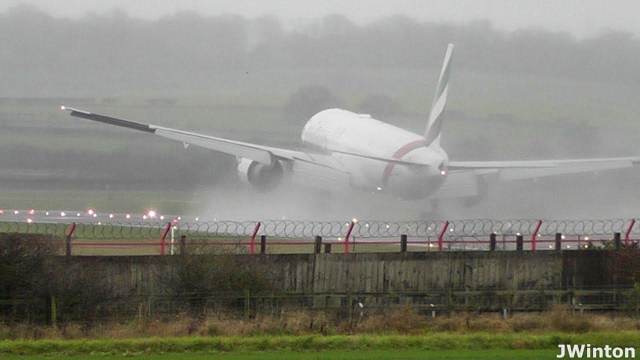 Экстремальная двойная посадка пассажирского самолета Boeing в аэропорту Ньюкасла