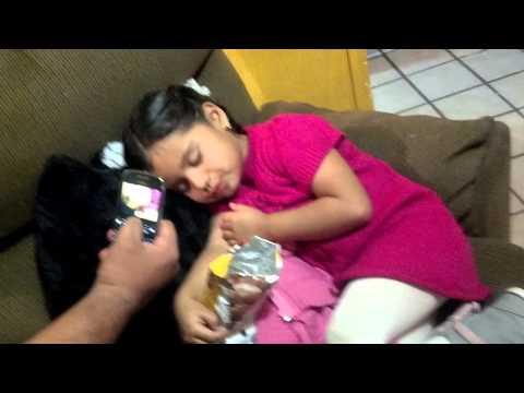 Mi sobrina comiendo después de quedarse dormida!
