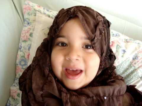 طفلة تقرأ القرآن و لا تتكلم العربية