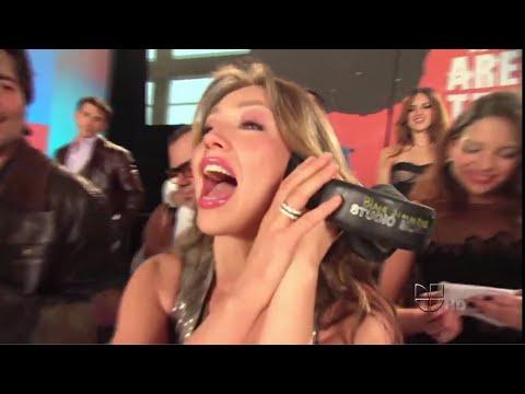 """Cantantes Latinos Interpretando """"Somos El Mundo"""""""