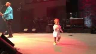 Смотреть онлайн Неожиданно на сцену выбежал ребенок