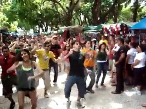 Do nada a dança começou no meio da feira