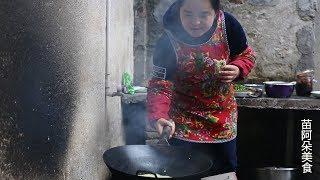 苗大姐做韭菜鸡蛋饼,越煎越好看,边吃边做,吃了一个又一个