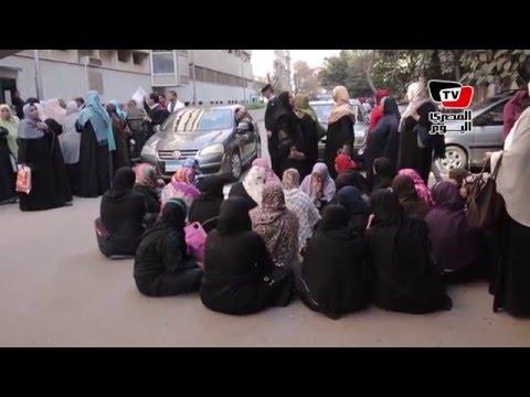 «تعليم الكبار» يفترشون الأرض أمام «الوزراء» للمطالبة بحقوقهم