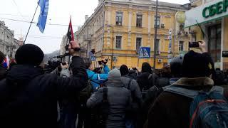 Активисты ОУН громят отделение Сбербанка на ул. Сагайдачного
