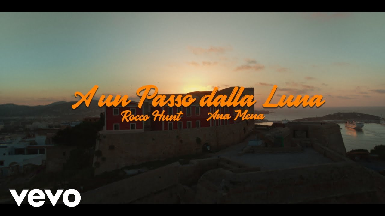 A Un Passo Dalla Luna lyrics English Translation