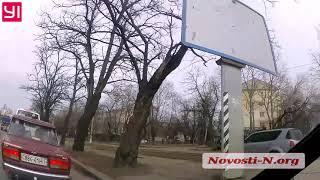 Через газон и тротуар: как ездят в Николаеве. ВИДЕО