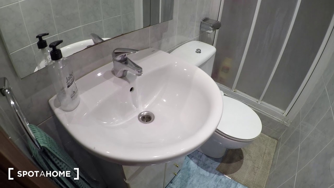 Furnished rooms for rent in modern 4-bedroom apartment in Gràcia