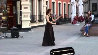 Девушка красиво играет на скрипке
