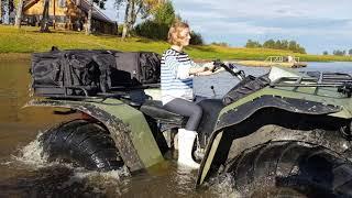 Квадроцикл - Болотоход Росомаха плывет по воде