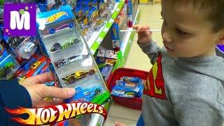 Макс в магазине игрушек покупает 40 моделей машин Хот Виллс Buying 40 HotWheels cars in kid