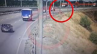В Днепре велосипедист попал под колеса грузовика: видео момента аварии