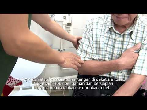影片: Membantu Lansia dengan Kursi Roda Menggunakan Toilet