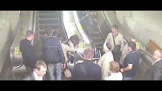 Камеры сняли, как эскалатор в метро затянул двухлетнего ребенка