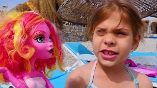 Çocuk oyunları. Monster High bebekleri sahilde