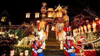 Смотреть онлайн Как украшают дома в США на Новый год