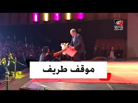 معجب «اسكندراني» أهدي فيفي عبده بوكية ورد.. فأهدته لدريد لحام عقب تكريمه