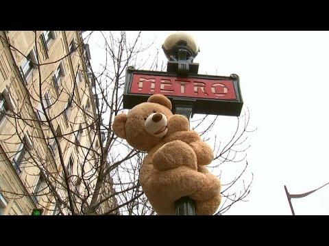 1 m 40 große Teddybären bringen Paris zum Schmunzeln