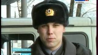 Полицейский спас ребенка от стаи собак. The police officer rescued the child from pack of dogs