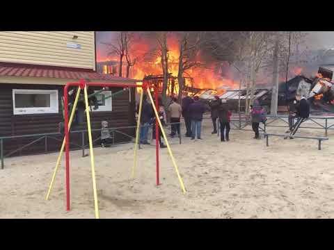 סרטון של ילד מתנדנד בזמן שמאחוריו מתחוללת שריפה