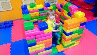 Риша строит дом из большого конструктора Лего Видео для детей Hapy Time House Big Lego For kids