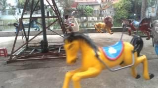 Bé chơi đu quay - trò chơi đu quay ngựa - đu quay trẻ em