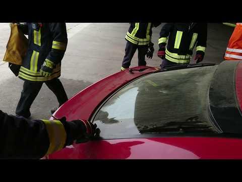 Autoscheibe öffnen mit Notfallhammer und Federkörner