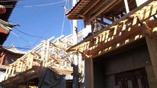 preview picture of video '【世界遺産・中国】麗江・丽江・ Lijiang 瓦を屋根に投げる連携プレー Nov 21, 2013'