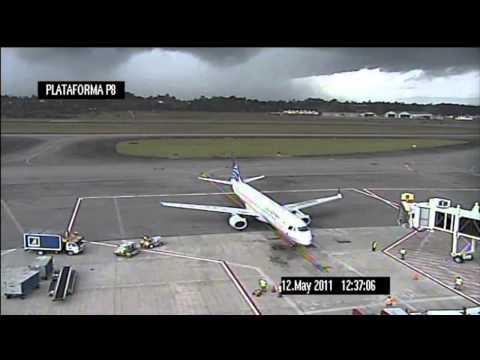 برق يصيب طائرة على المدرج