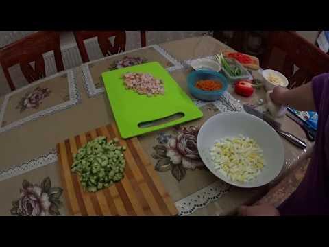 Салат с копчёной курицей, огурцами и морковью по-корейски.