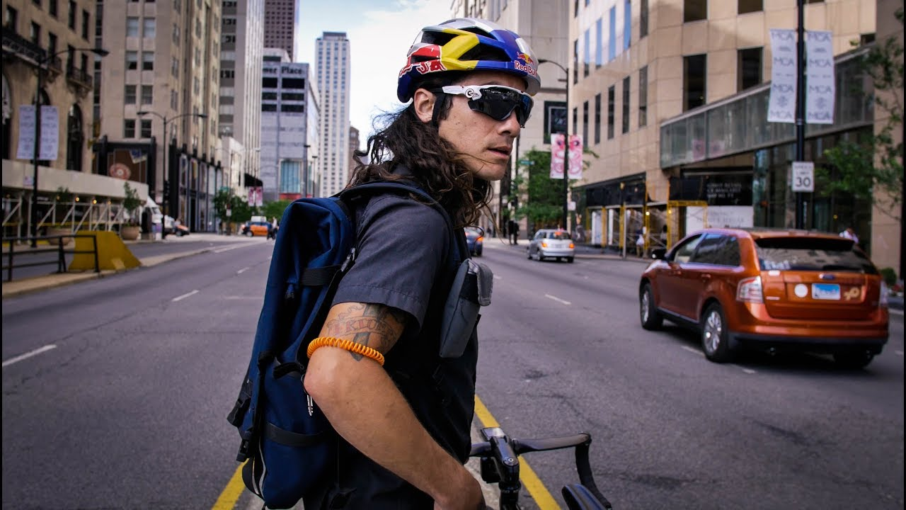 Un bike messenger sulle strade di Chicago