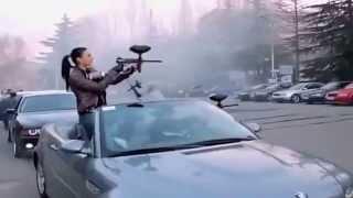 Çılgın BMWciler Audici arkadaşlarına paintball silahlarıyla baskın yaparsa