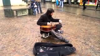 Уличный гитарист играет как бог!
