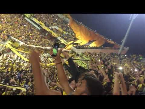 """""""Entrada de los bombos bajo la bandera gigante (Peñarol vs Atlético Tucumán 2018)"""" Barra: Barra Amsterdam • Club: Peñarol"""