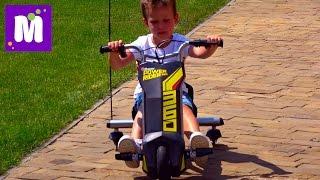 Макс делает Полицейские развороты на машинке Razor Power Rider 360 и Папа на скейте Разор RipSurf