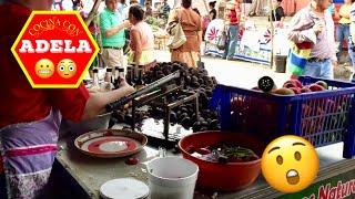 Comprando un coctel de curiles en El Salvador