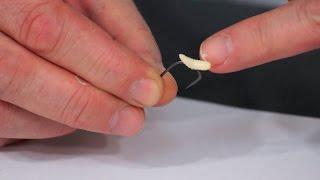 Как правильно насаживать опарыша на крючок для ловли плотвы